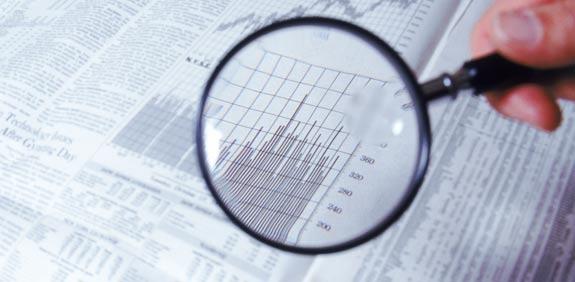 """זרקור זכוכית מגדלת דוחות דו""""חות עונת הדוחות שוק ההון / צלם: thinkstock"""